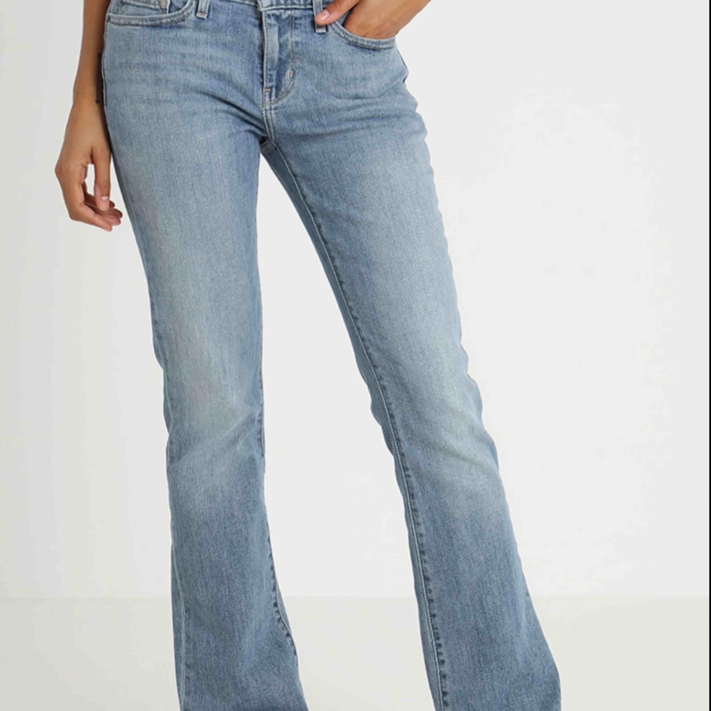 Storleken motsvarar ungefär S. Ett par levi's bootcut jeans som kommit till användning en del men inte jättemycket. Skitsnygga till vans och typ lite skatestil. Frakt ingår i priset😁😁. Jeans & Byxor.