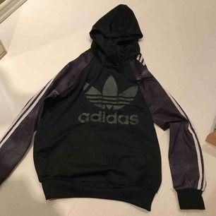 Svin cool Adidas hoodie ish!! Orm mönster liknande !!  Funkar som både S och XS. Skriv vid intresse!💖💖💖