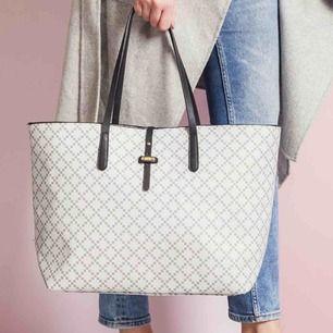 SÖKER denna väska från dasia !!!!! Även i svart