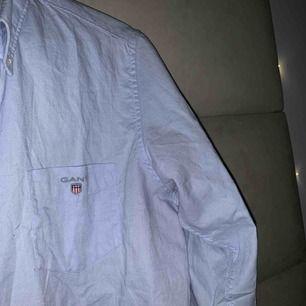 """Väldigt snygg skjorta från Gant, är från KidsBrandStore i storlek """"170cm"""" eller """"15 years"""" men skulle själv säga att den är som S. Väldigt fint skick och nästan aldrig använd🥰"""