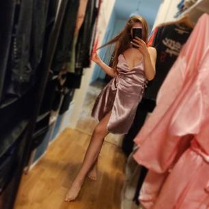 Helt ny klänning som har inte kommit till användning 🌸 Jättesnygg man knyter den i midjan🌸 Frakt tillkommer 📬