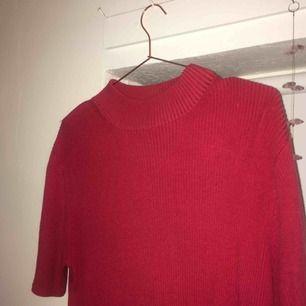 Fin röd oversized stickad liknande polo T-shirt , sitter löst på mig (XS är jag) så fin och skön och snygggg!!!