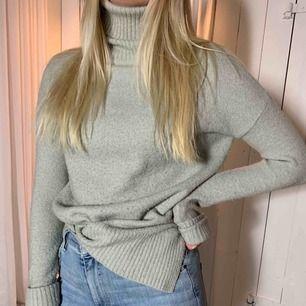 Säljer dessa tre stickade tröjor för 100kr eller 30kr st. Första och tredje tröjan är i storlek S, den andra i storlek M. Frakt tillkommer, kan även mötas upp i Sundsvall.