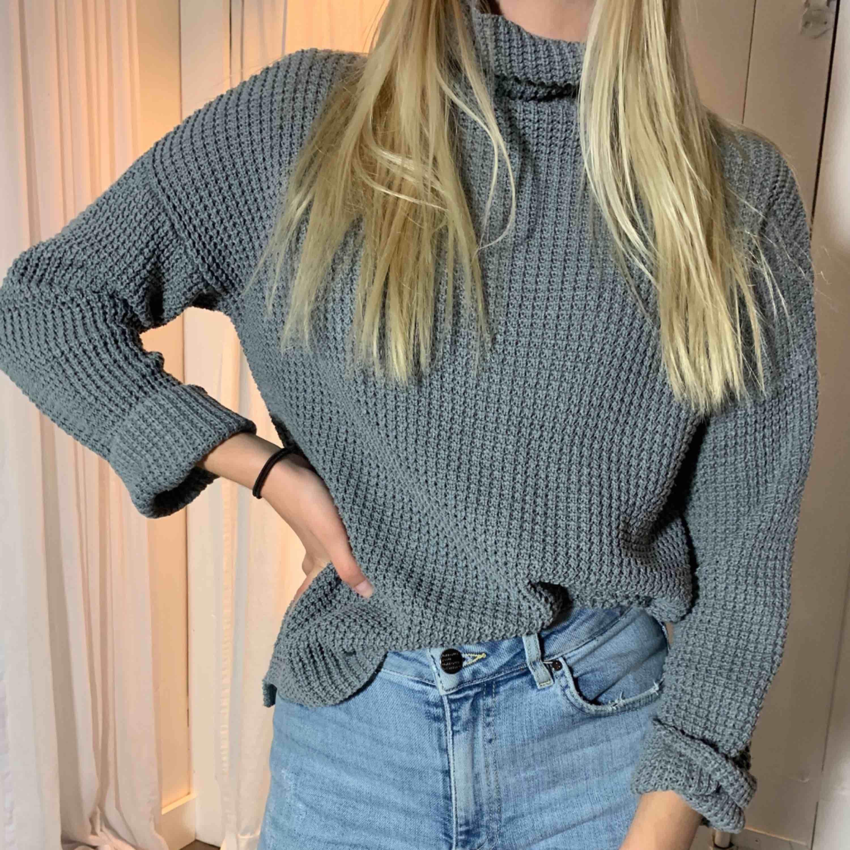 Säljer dessa tre stickade tröjor för 100kr eller 30kr st. Första och tredje tröjan är i storlek S, den andra i storlek M. Frakt tillkommer, kan även mötas upp i Sundsvall.. Tröjor & Koftor.