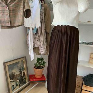 Plisserad kjol från hm! Storlek 32 men passar även 34 och kanske 36! Endast använd 2 gånger