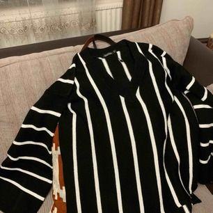 V ringad oversized tröja från boohoo, suuuper snygg på! Vida armar