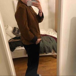 Säljer denna snygga jackan i mockaimitation, den är från Zara man. Den är lite oversized på mig som i vanliga fall har S-M. Kan mötas upp i Vänersborg annars frakta, köparen står för frakt.🌸