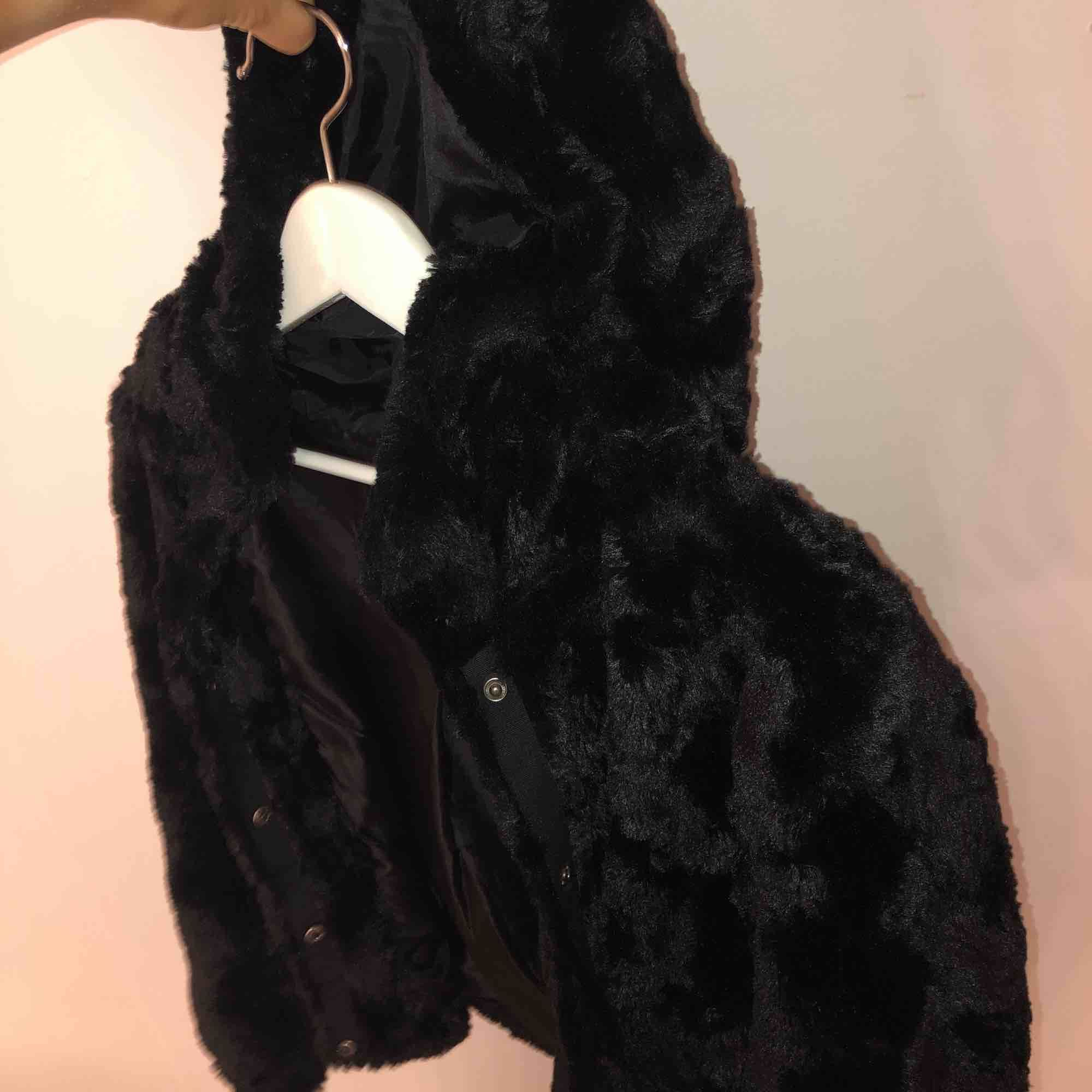 Fuskpäls jacka från vero Moda! Super mjuk och jätte skön! Frakt tillkommer om man inte kan mötas upp i Gävle!🥰 (ca 55kr). Jackor.