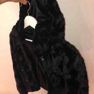Fuskpäls jacka från vero Moda! Super mjuk och jätte skön! Frakt tillkommer om man inte kan mötas upp i Gävle!🥰 (ca 55kr)