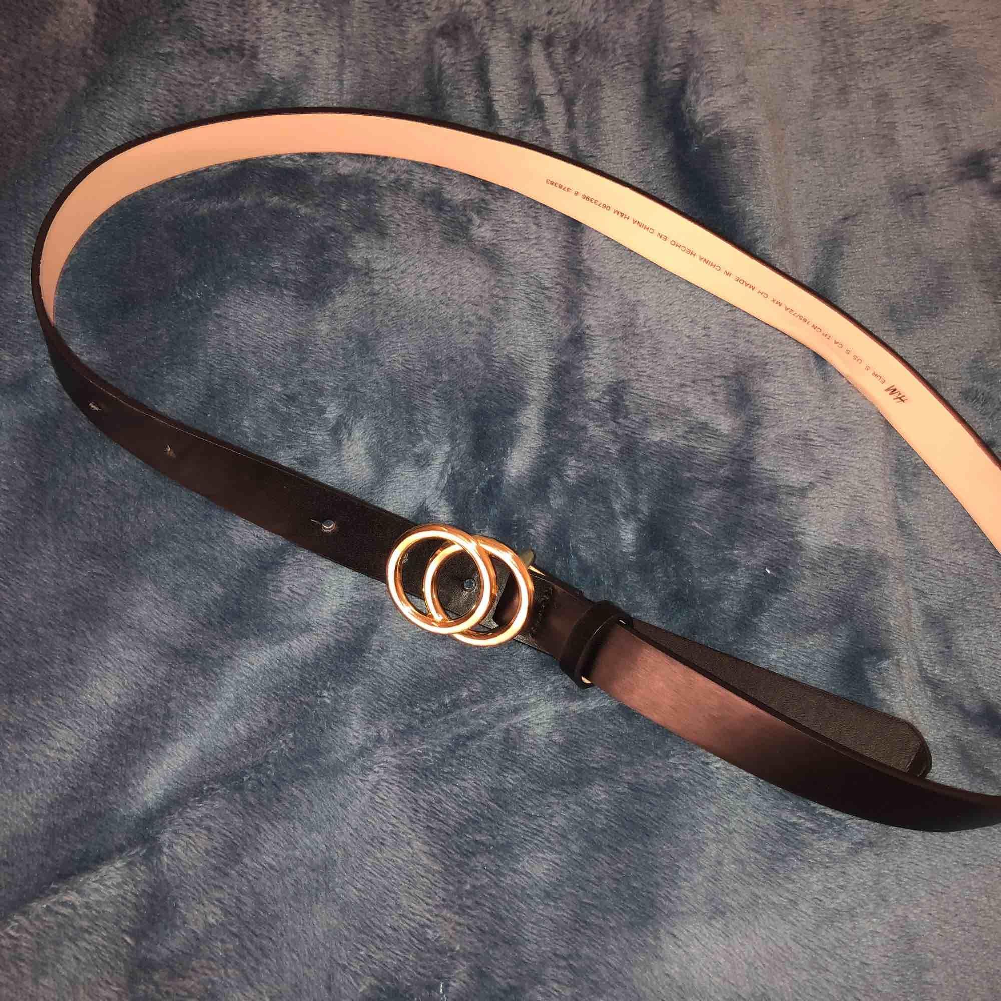 Snyggt och trendigt skärp från H&M! Bara använt en gång och jag har gjort två st hål i skärpet då det skulle passa mig! Frakt på 20 kr om du inte kan mötas i Gävle!🥰🥰. Accessoarer.