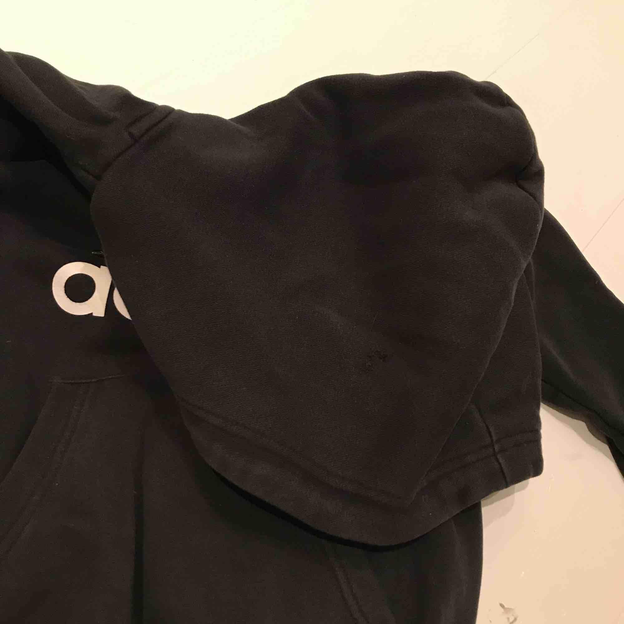 Adidas hoodie! Litet hål som går att laga på luvan!💖 Kontakta mig för prisförslag !!. Huvtröjor & Träningströjor.