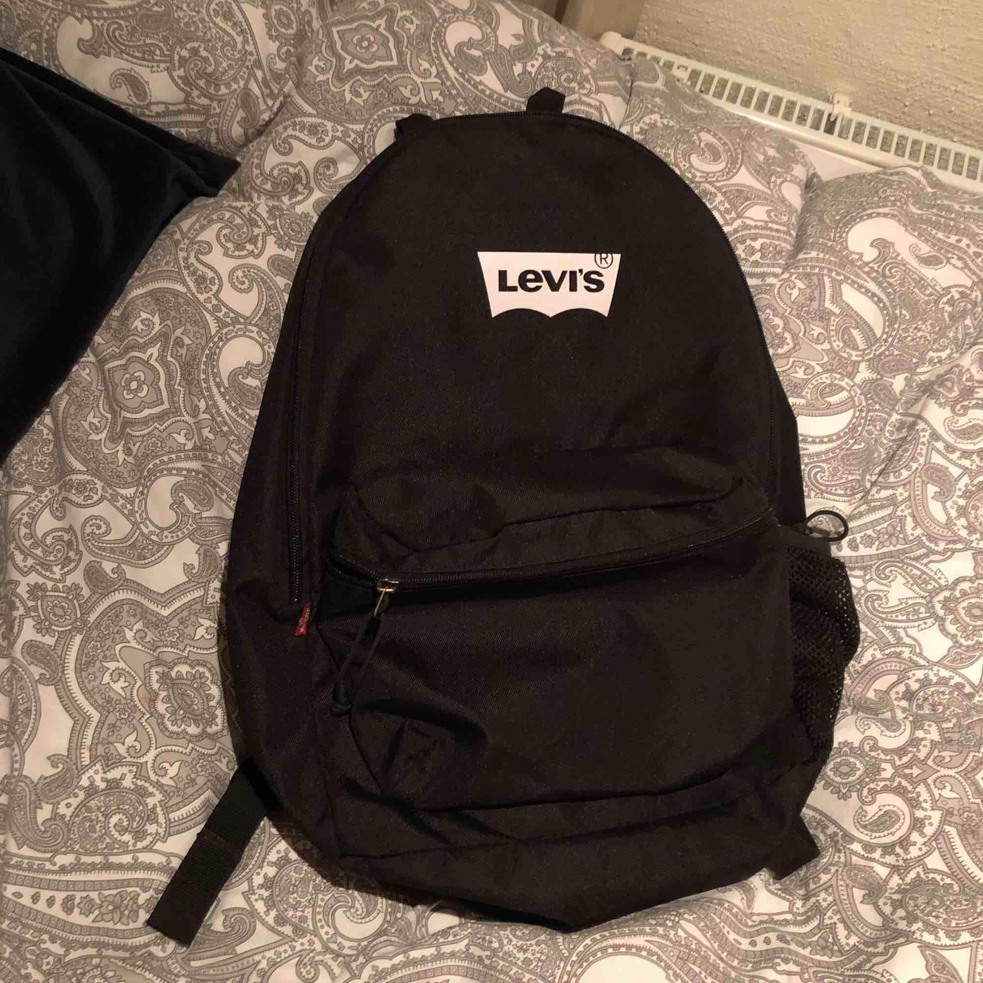 Rymlig svart ryggsäck från Levis. Nästan oanvänd . Accessoarer.