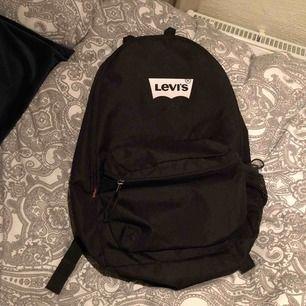 Rymlig svart ryggsäck från Levis. Nästan oanvänd