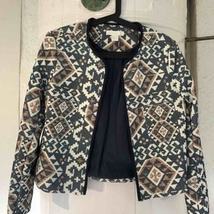 Mönstrad, blå jacka från H&M. Aldrig använd. Köparen står för frakt.