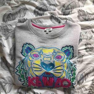 Kenzo tröja i storlek XS. Använd till och från i cirka ett år. Det fanns ett hål i armbågen på tröjan men det lagades hos sömmerska. Finns även mindre slitningar på samma ställe. Köparen står för frakt ❣️