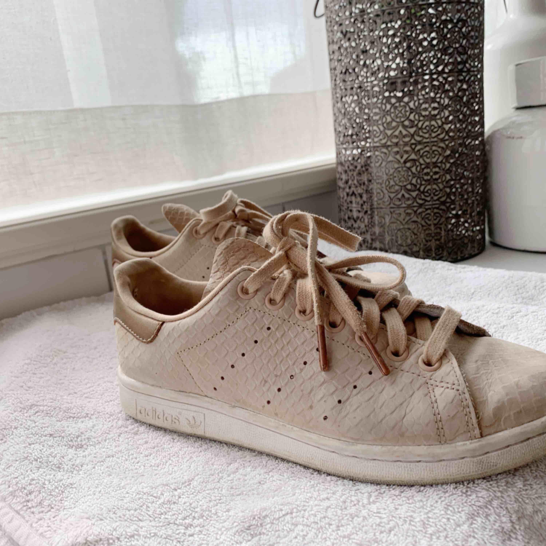 LÄTT dom snyggaste Stan Smith skorna!!! Använder dom tyvärr dock inte längre & dom är fortfarande i användbart skick så tycker dom förtjänar en ny ägare! Frakt tillkommer & köparen står för frakten. . Skor.