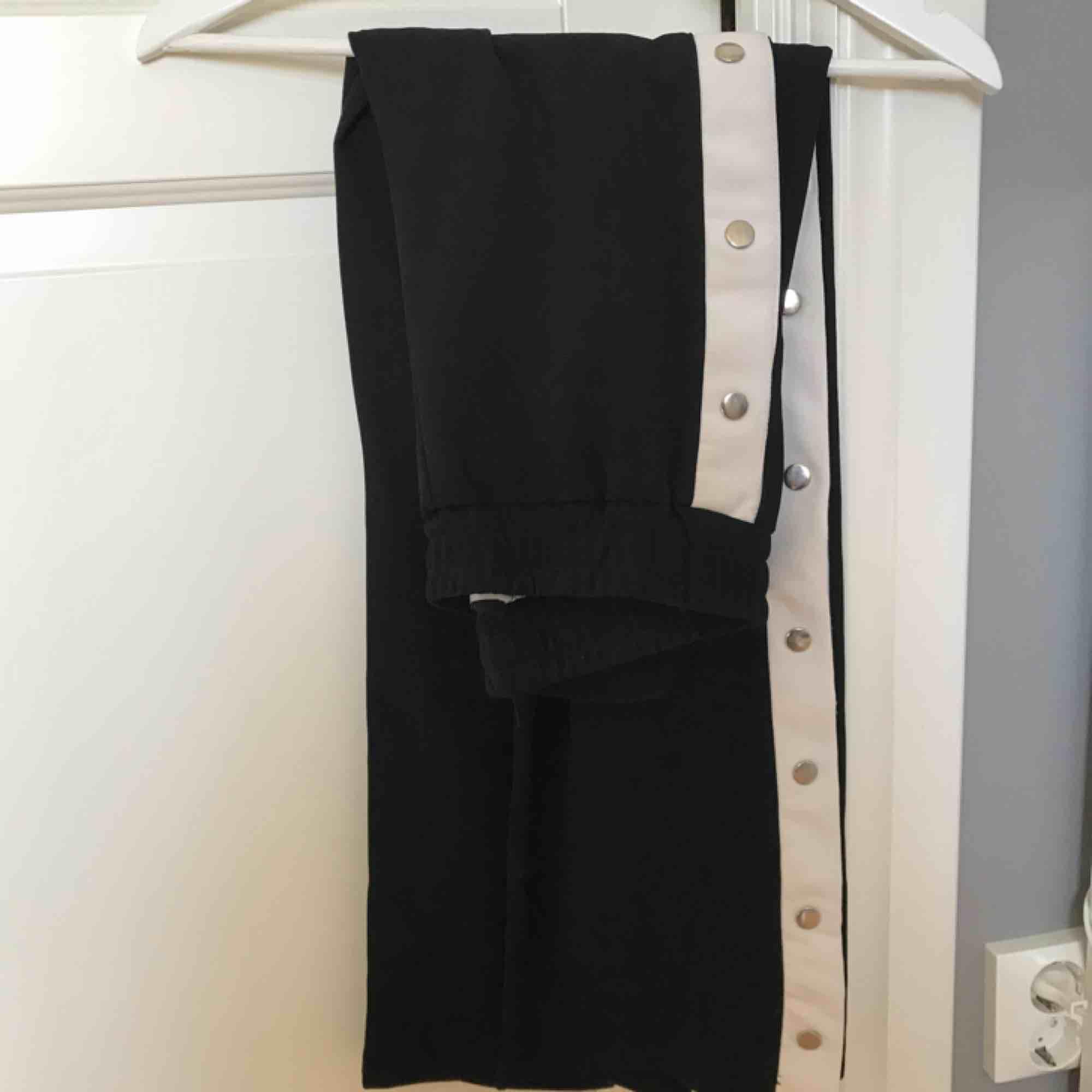 Jättefina popperpants från Chelsea. Storlek S och jag säljer dessa då de är lite för korta för mig som är 174. Köparen står för frakt. Jeans & Byxor.