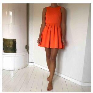 Orange klänning från Nelly.com. Använd ett par gånger. Köparen står för frakt.