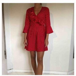 Röd- och vitprickig klänning från Asos. Använd en gång. Köparen står för frakt.