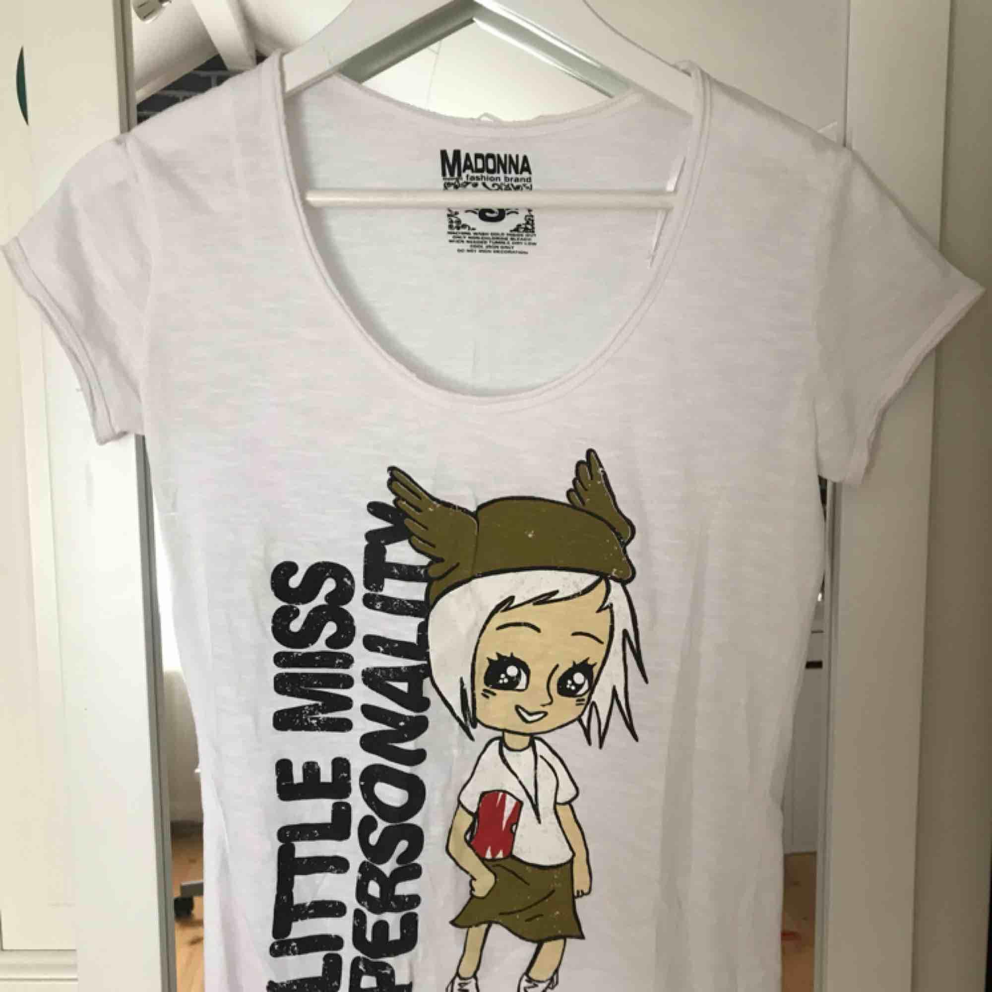 Fin T-shirt som inte kommit till användning särskilt mycket. Oklart vad det är för märke. Köparen står för frakten. . T-shirts.