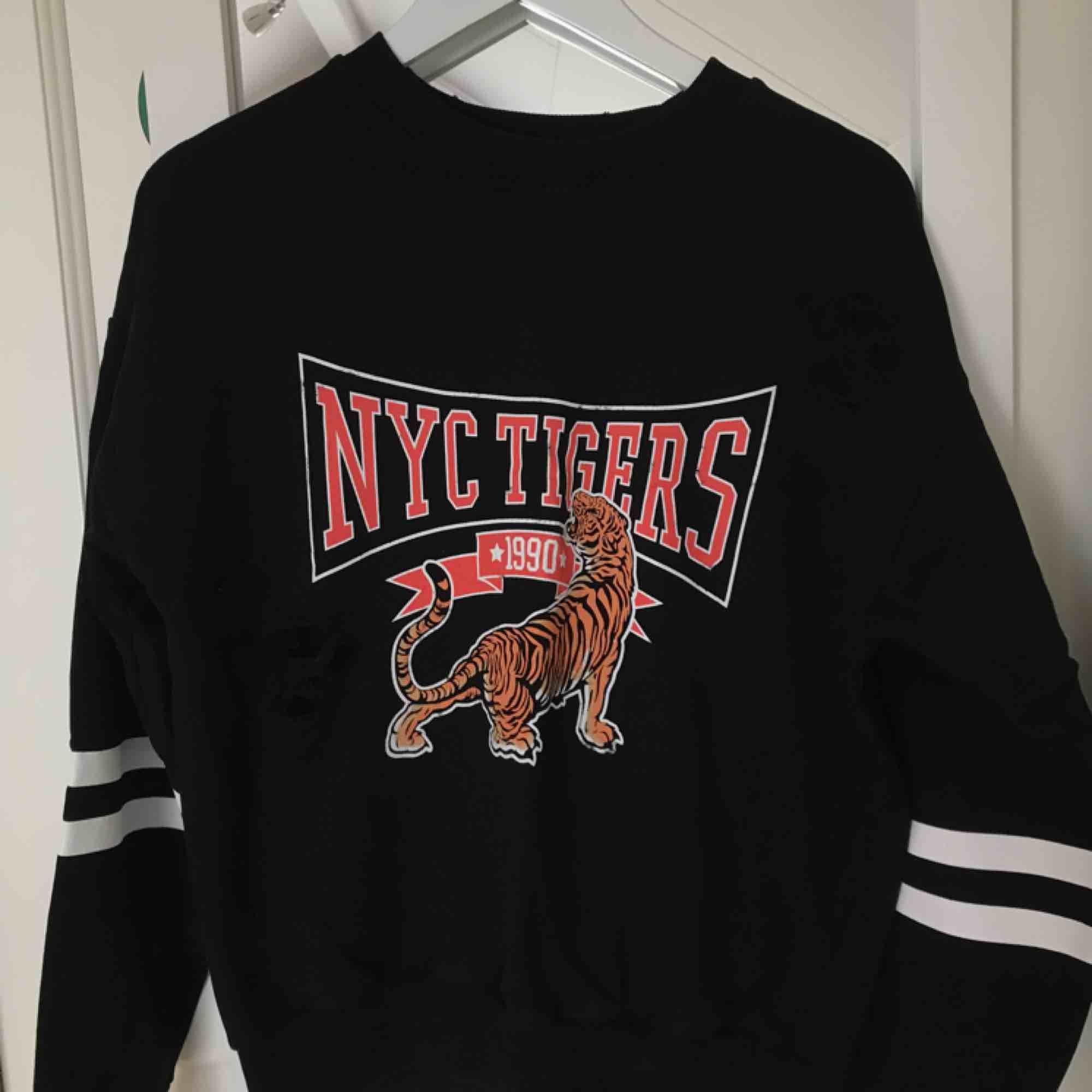 Mysig tröja från GinaTricot. Använd men fortfarande mycket fint skick. Köparen står för fraktkostnaden.. Tröjor & Koftor.