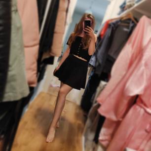 Säljer den här kjolen som har inte kommit till användning 🌸 Den är som typ school kjol🌸 Frakt tillkommer 🌸
