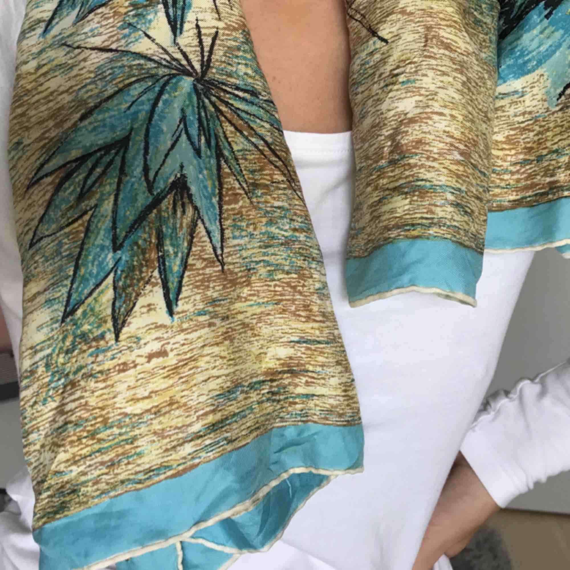Sidenscarf köpt i Amsterdam i våras! Supersöt som scarf, sjal, bandana etc! . Accessoarer.