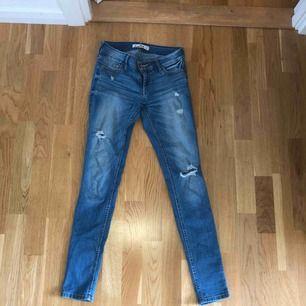 Ljusa jeans/jeggings från Hollister. Använda 3 gånger. Lite korta på mig som är 173cm.