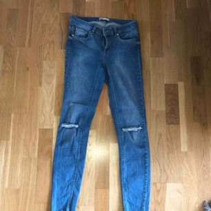 Jeans från Gina Tricot, storlek 36. Hål på knäna. Använda ett fåtal gånger.