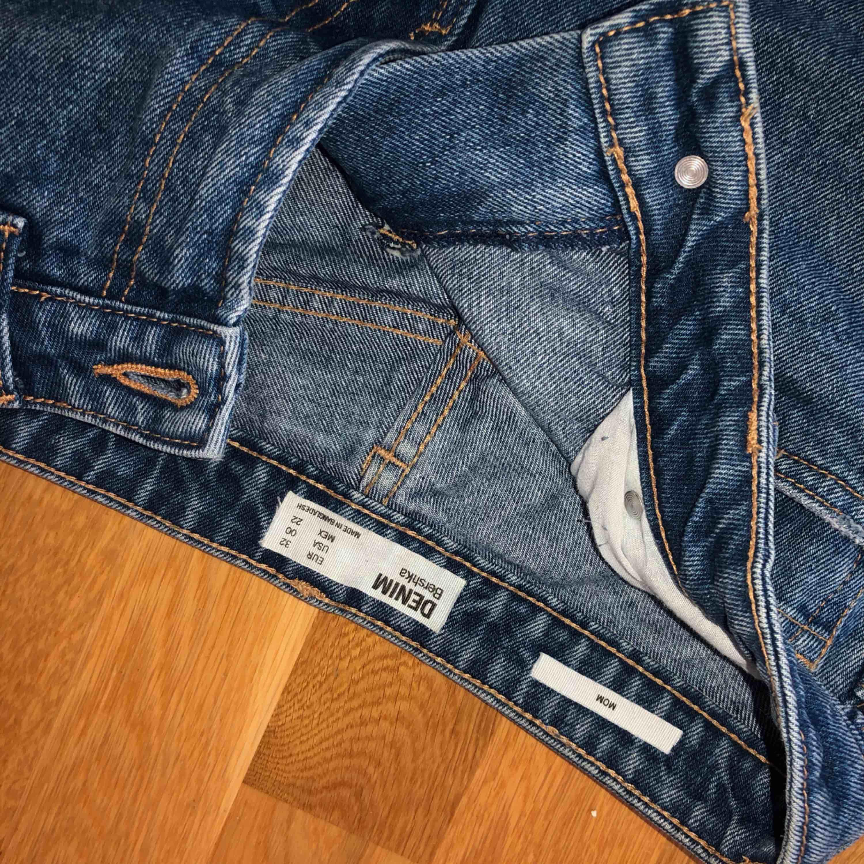 Mom jeans från Bershka, storlek 32 men sitter som 34. Jag är 173 cm.. Jeans & Byxor.