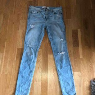 Jeans från Hollister, lite slitningar. Sitter som storlek 36. Jag är 173 cm.