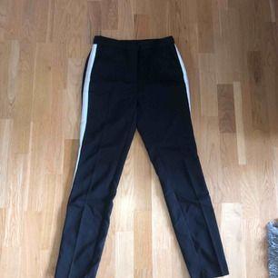 Chinos/kostymbyxor från Zara. Svarta med biegea/vita ränder längs med benen.