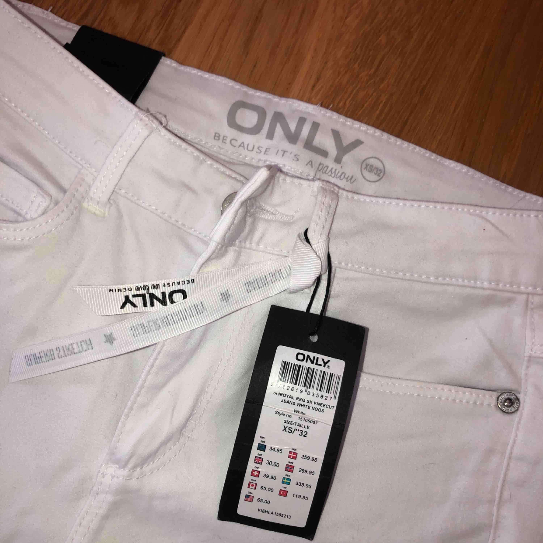 Vita jeans från Only, storlek 32 men sitter som 34, stretch. Hål på knäna. Aldrig använda.. Jeans & Byxor.