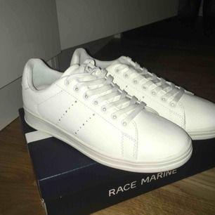 Ursnygga vita sneakers. Helt plain vita och perfekta till allt. De är helt nya!!! Fraktas med låda 😊  Märke: Race Marine