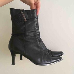 Retro skor i mycket fint skick! Dessa godingar är unika 😍Strl 35 men sitter som 36. Äkta skinn!   Fynda för endast 280 kr‼️