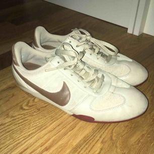 Vintage Nike som är väl använda men i bra skick!
