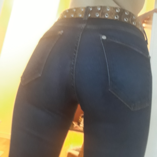 Var redo inför hösten med det som används mest! Ett par snygga mörkblå jeans från DENIM&DENIM(SHAPING DENIM)by HM years ago! Formas på kroppen supersnyggt💟Fint skick! Fast Pris. FRI FRAKT!