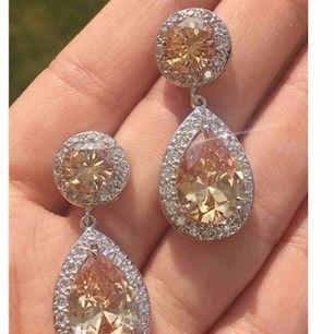 Säljer nu dessa helt nya eleganta örhängena. Orange med klara stenar runt om i cubic zirkonia Längd: 3,6 x 1,5 cm Originalpris : säljes för ca 299-499:- beroende på vilken bröllops och festklänningsbutik man väljer.