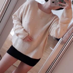 Himla söt vaniljvit tröja! Den är från HM och superskön med broderade pärlor över hela framsidan💟 Perfekt inför skolan nu på hösten! Fint Skick! Fast Pris. FRI FRAKT!