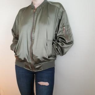 Vad behövs mer än en snygg tunn bomber att ha sköna hoodies under nu i höst!🍁Denna från lager157 The Black Label collection. Fast Pris. FRI FRAKT!
