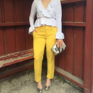 Livets snyggaste gula senapsgula kostymbyxor från Zara! Bild1 i solljus, bild2 dämpat ljus. Märkta st.L men passade mig när jag brukade ha st.M. Referens: 160cm. Fast Pris. FRI FRAKT!