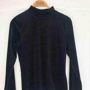INKLUSIVE FRAKT!  Tröja i sammet från Gina tricot med en låg polokrage (turtle neck). Använd en gång! Passar perfekt till hösten och vintern!