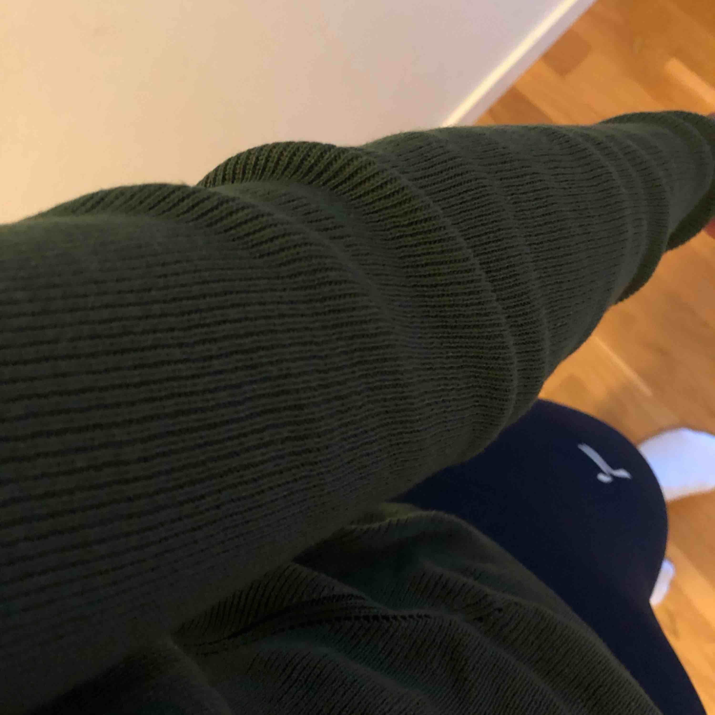 Ribbad tröja i mjukt tyg som ej sticks. Lite kortare i modellen. Frakt ingår :)). Tröjor & Koftor.