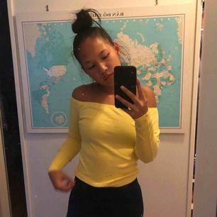 Skitsnygg off the shoulder gul tröja. Frakt är inkluderad :))