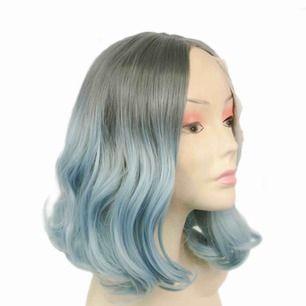 Vill ha blått hår men slippa färga? 💘  🦋🦋 blå drömmig front lace wig! Bara testad och klippt lace 🦋🦋 syntet men fin kvalite och ser sjukt naturlig ut!   fäster med spännen och sitter bekvämt!     Du får lägga bud med🧞♂️🧞♀️