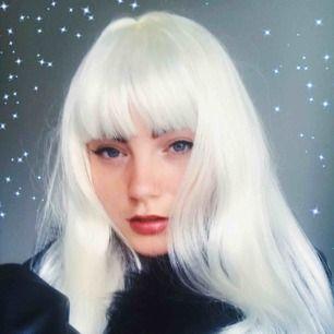 💫 ice queen wig💫   Vit syntetisk klassisk wig med platt isvitt hår!  Perfekt för om du vill sticka ut, vara lite extra eller ta coola bilder. 👼🏼  Pris kan diskuteras om du köper flera saker av mig, finns just nu även en blå till salu