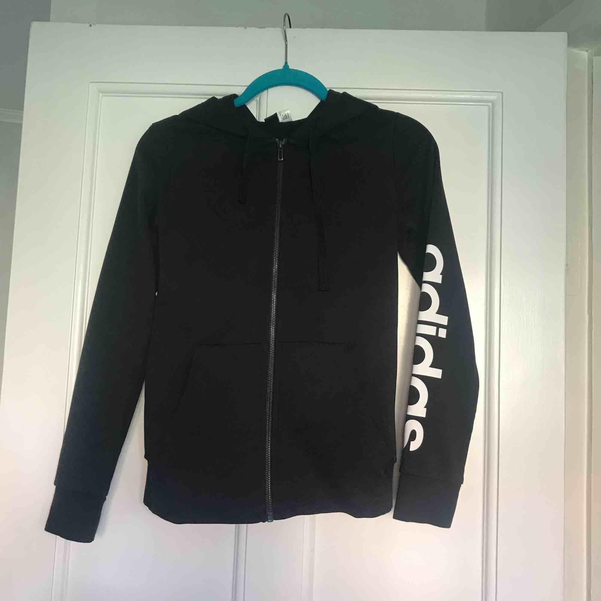 Hood från Adidas. Tryck på ärmen.  Fint skick.  Frakt: 70kr. . Huvtröjor & Träningströjor.
