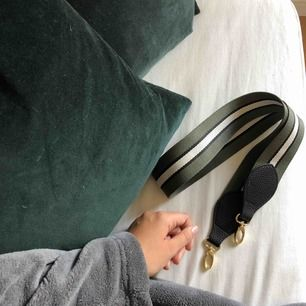 Snygg axelbandsrem som kan användas till många olika väskor!! 👛👝🧳 Svart, vit och mörkgrön. Frakt tillkommer.