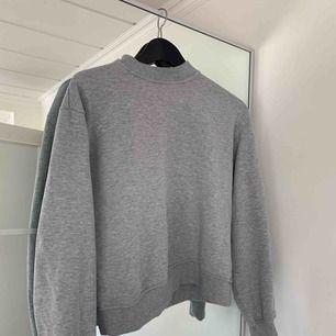 Säljer denna gråa sweatshirt från NA-KD. Storlek S. I fint skick. Frakt tillkommer