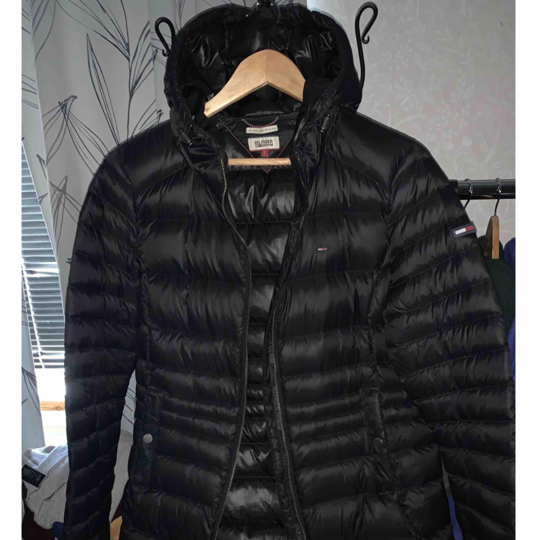 Säljer nu min Tommy jacka då den ej används  St L men mer än Medium skulle ja tycka.  Bra skick . Jackor.